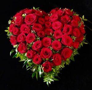 Protestantischer Friedhof Augsburg Trauerherz mit roten Rosen